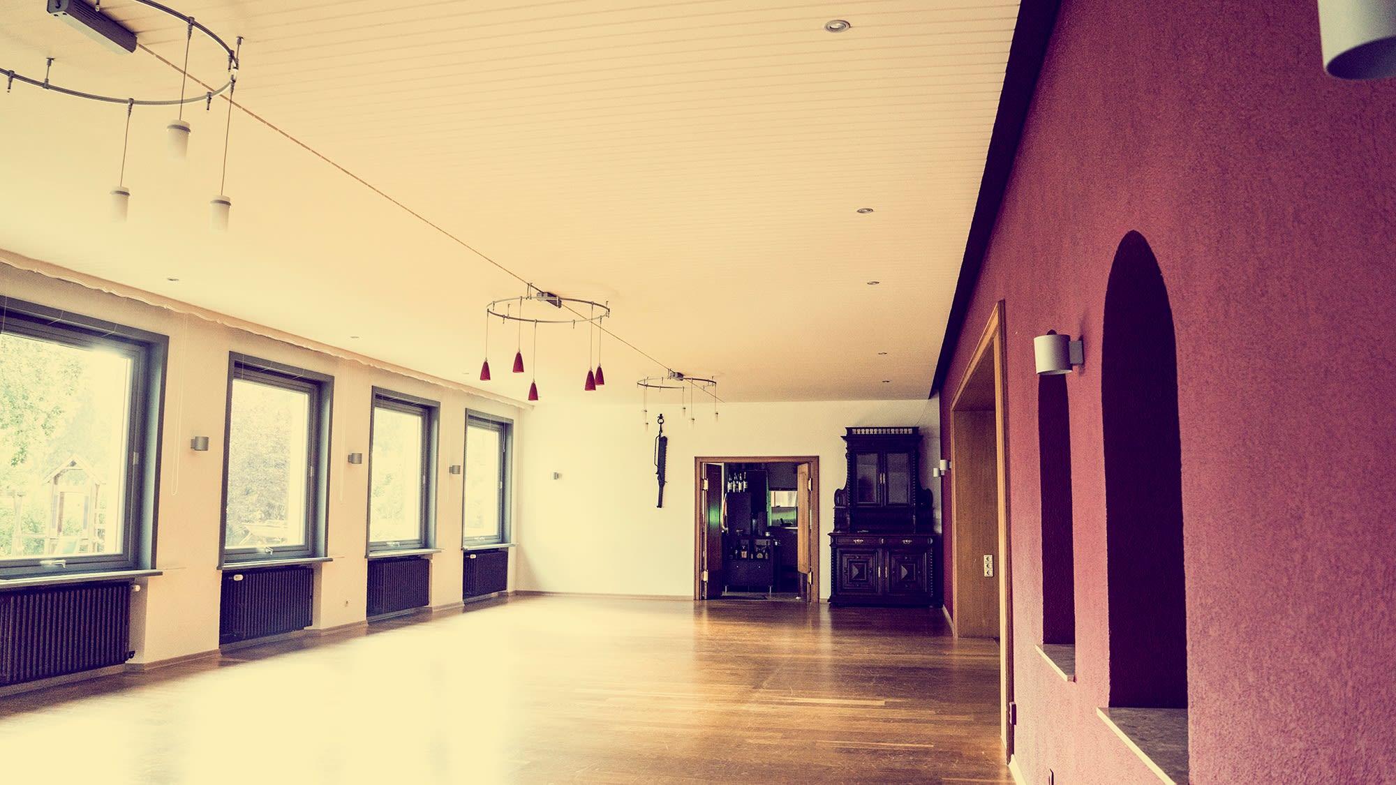 Restaurant vorher weiße und Weinrote Wände Spanndecke Akustik