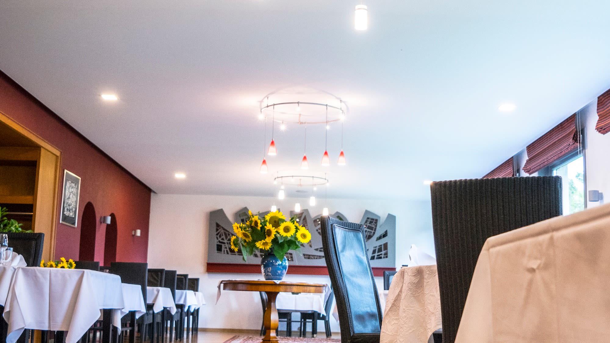 Akustikdecke über die ganze Fläche mit Beleuchtungskonzept sowie integrierter Lautsprecheranlage.