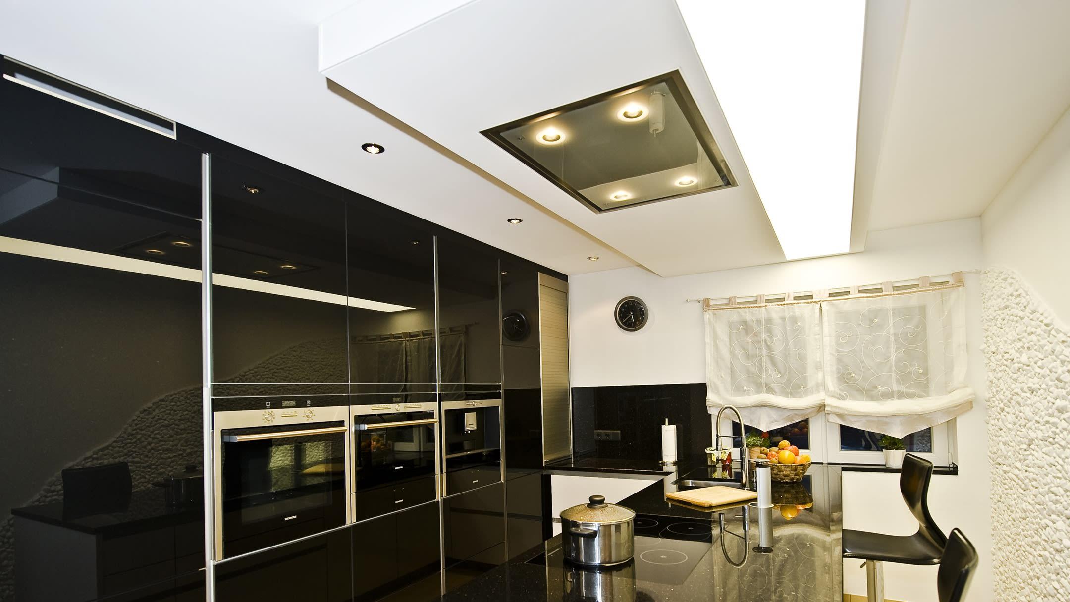 Lichtdeckenelement in Kombination mit Dunstabzugshaube - private Küche.