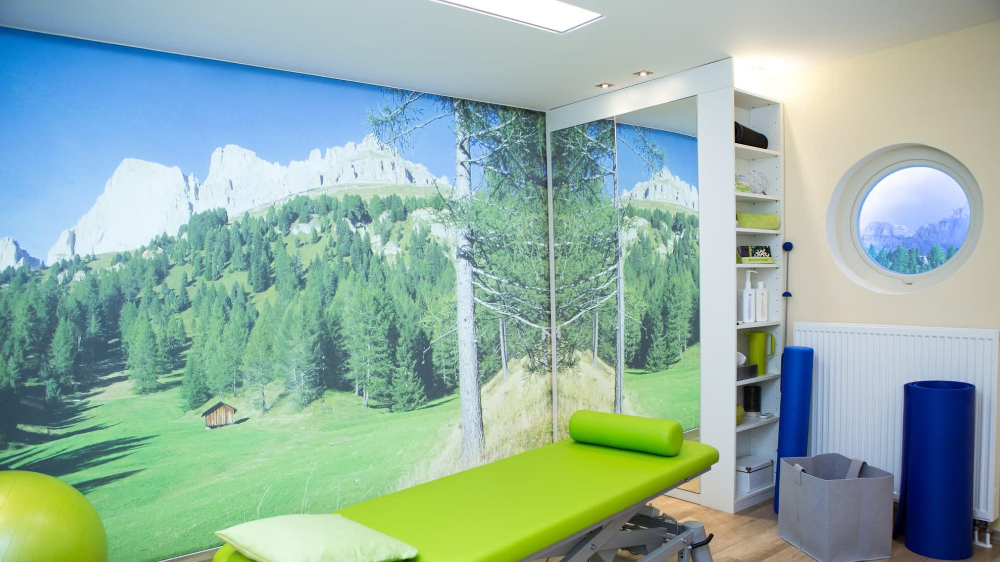 Behandlungsraum Bedruckte Wand mit Wald grüne Liege