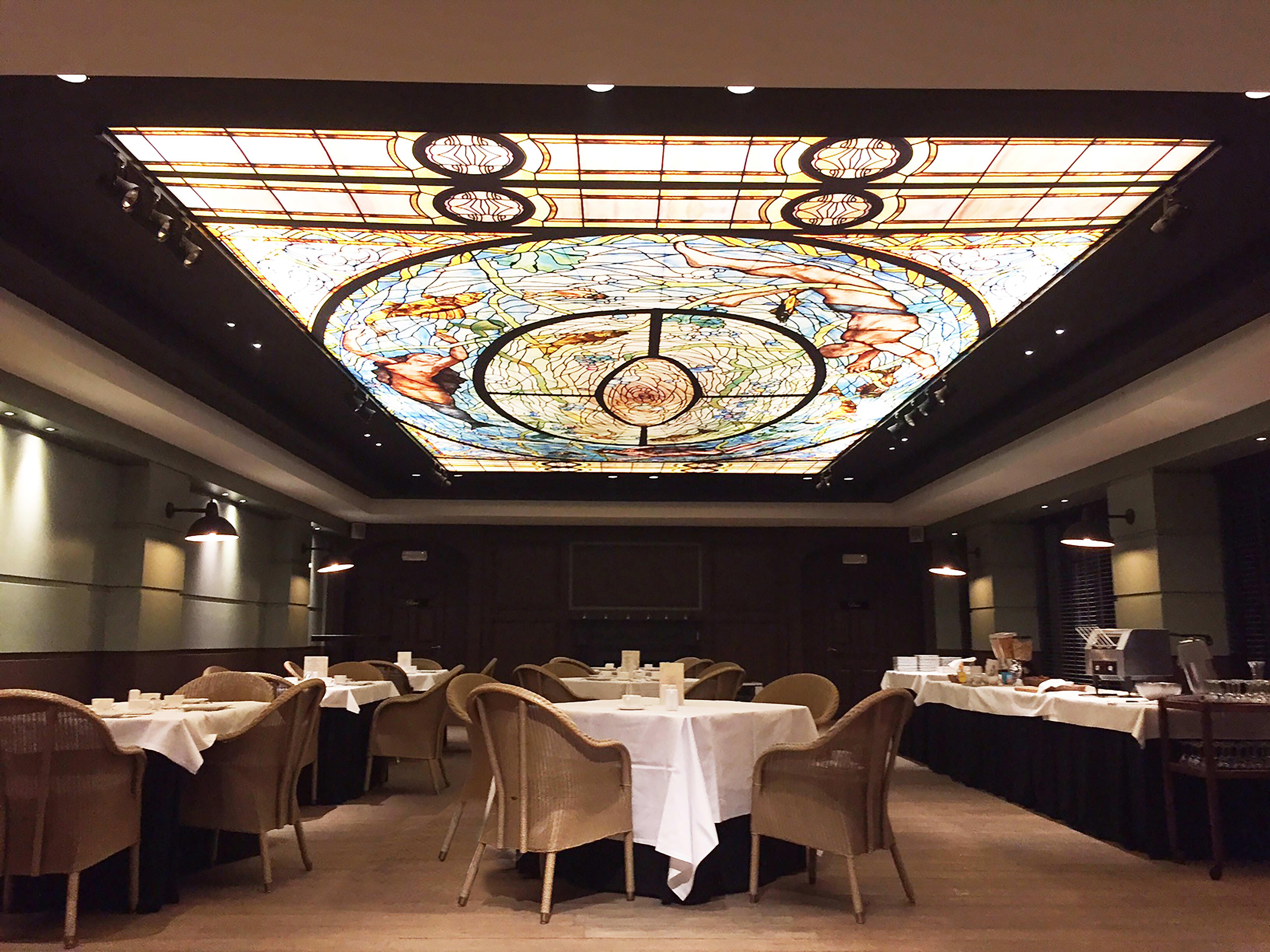 Restaurant Monavis Essensbereich mit beleuchteter Spanndecke mit Print