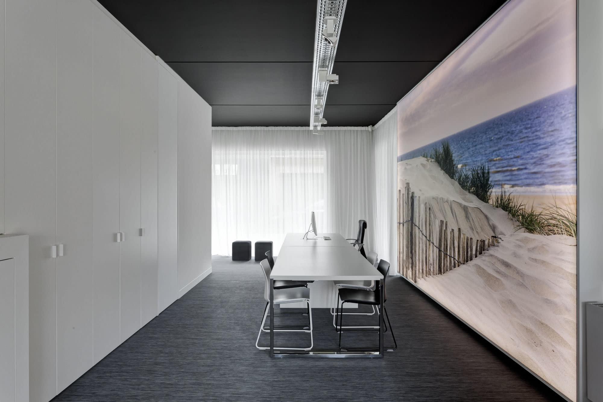 Konferenzraum mit Tisch und Gemälde an der Wand mit Strand