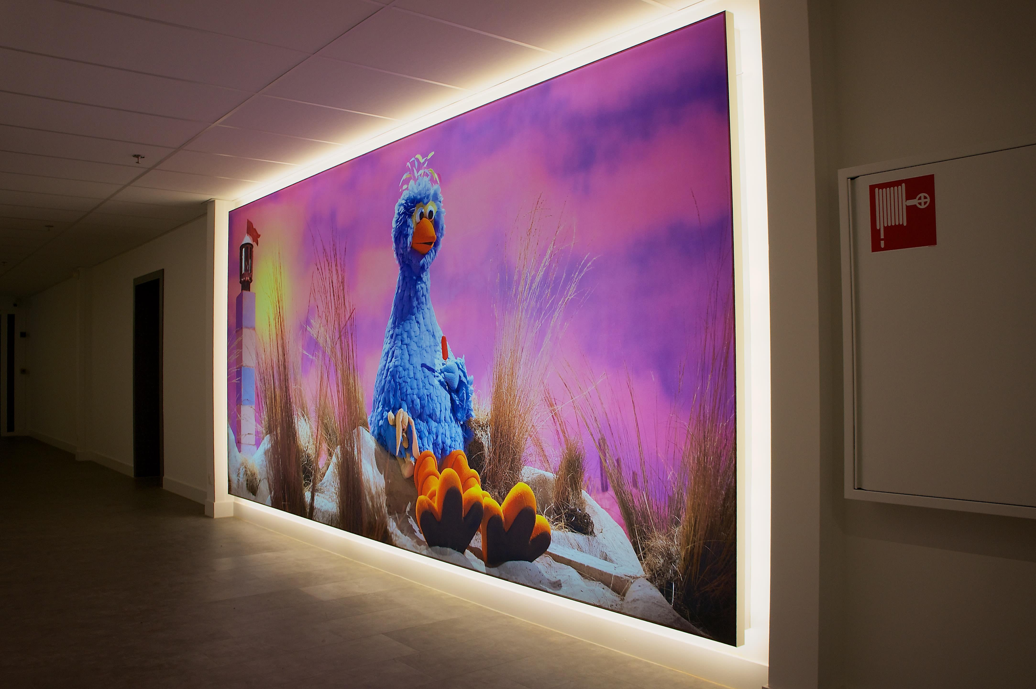 Bedrucktes Wandbild hintereluchtet mit blauem Vogel