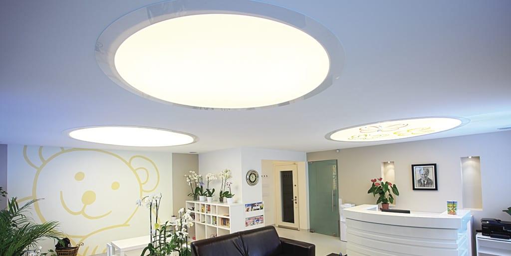 Runde Deckenelemente als Beleuchtung in einer Arztpraxis