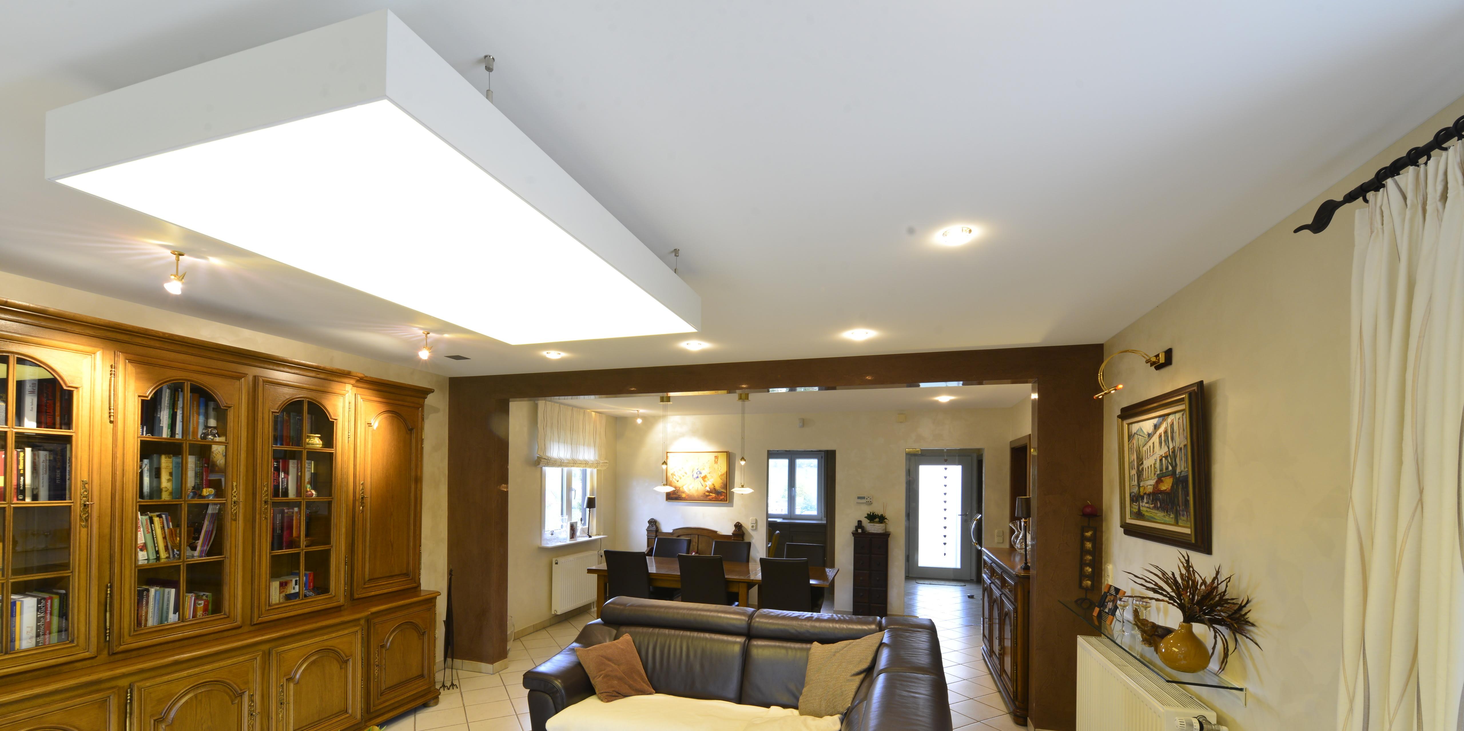 Deckenelement im Wohnbereich schränke in braunen Tönen