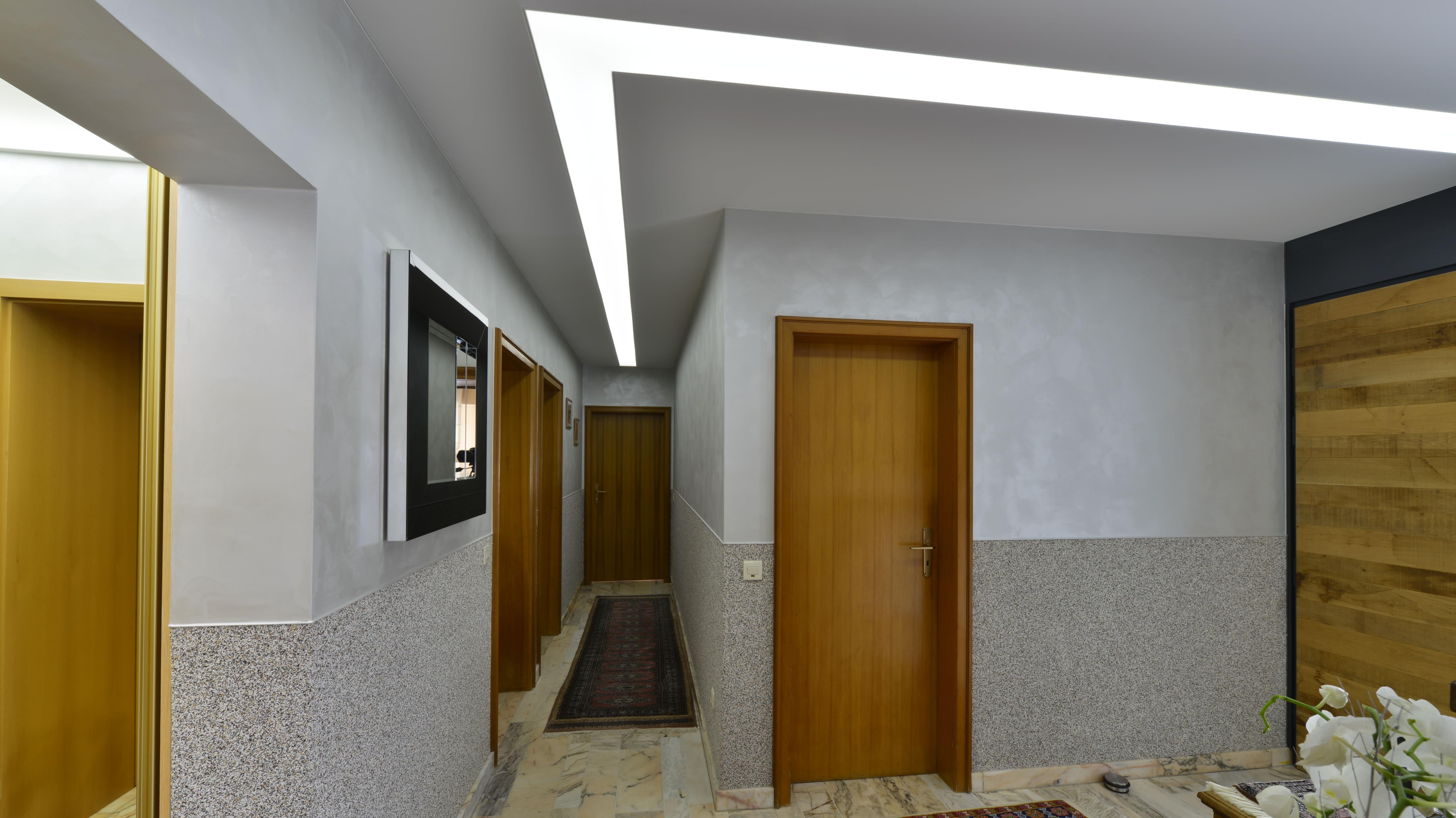 Deckenverschönerung im privaten Flur mit Beleuchtung