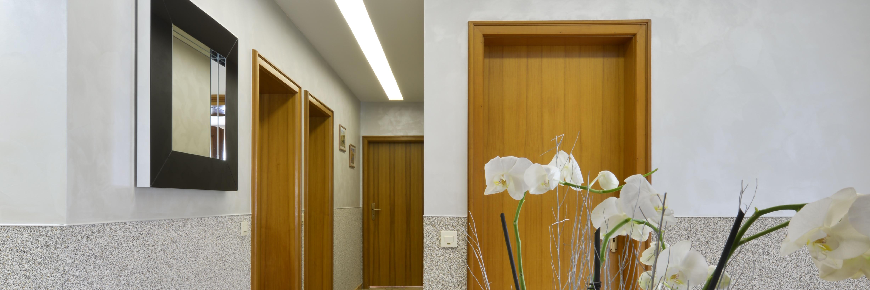 Deckenverschönerung im privaten Flur mit Beleuchtung braune Türen mit Beleuchtung