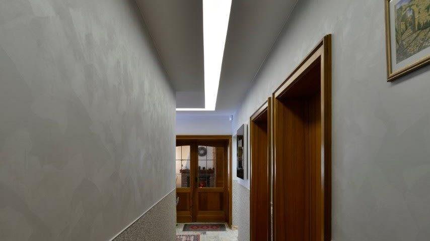 Referenz Privater Flur Eingangsbereich braune Türen 2 Lichtdecke