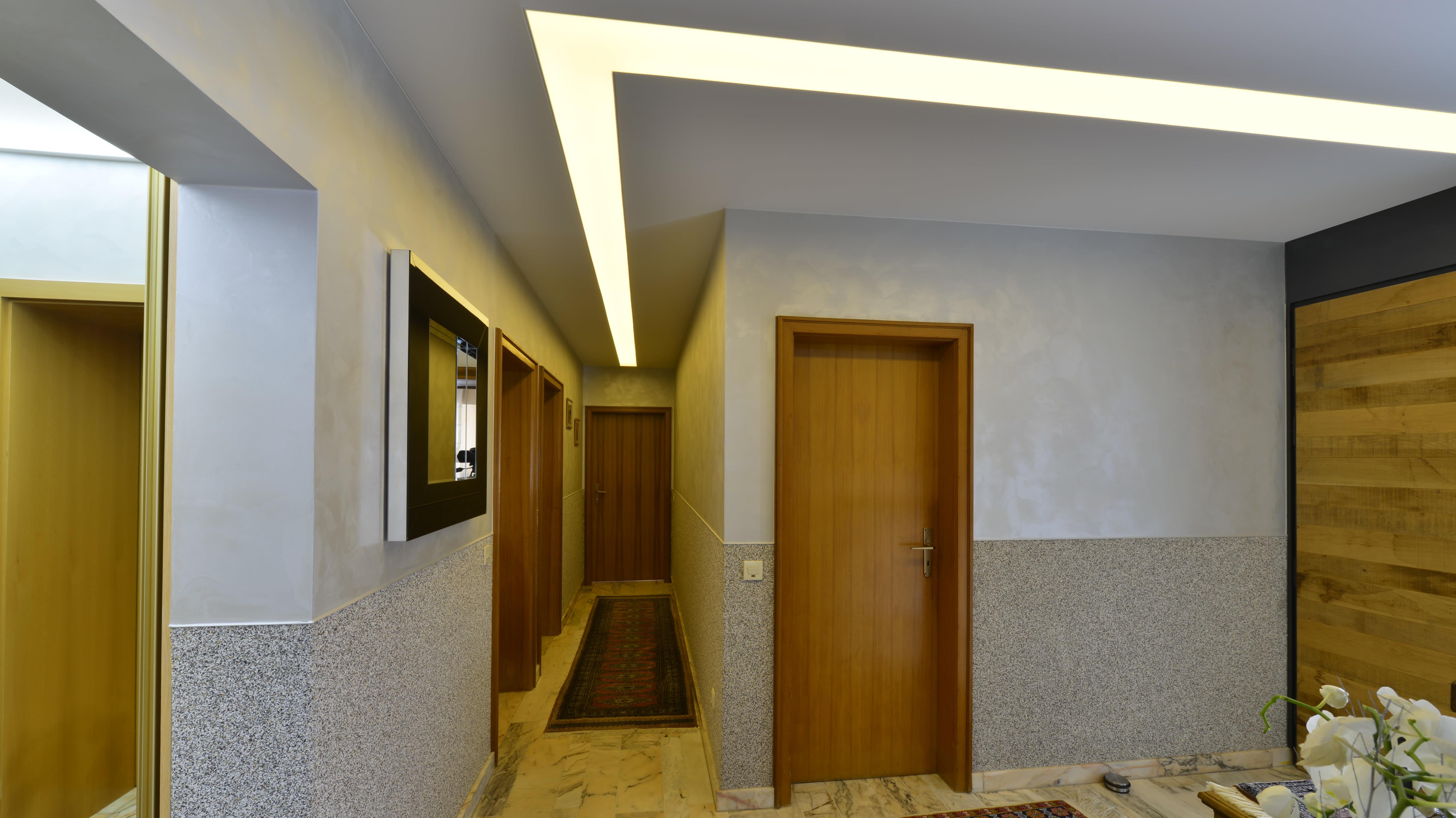 Referenzen privater Flur Eingangsbereich mit Beleuchtung andere Farben