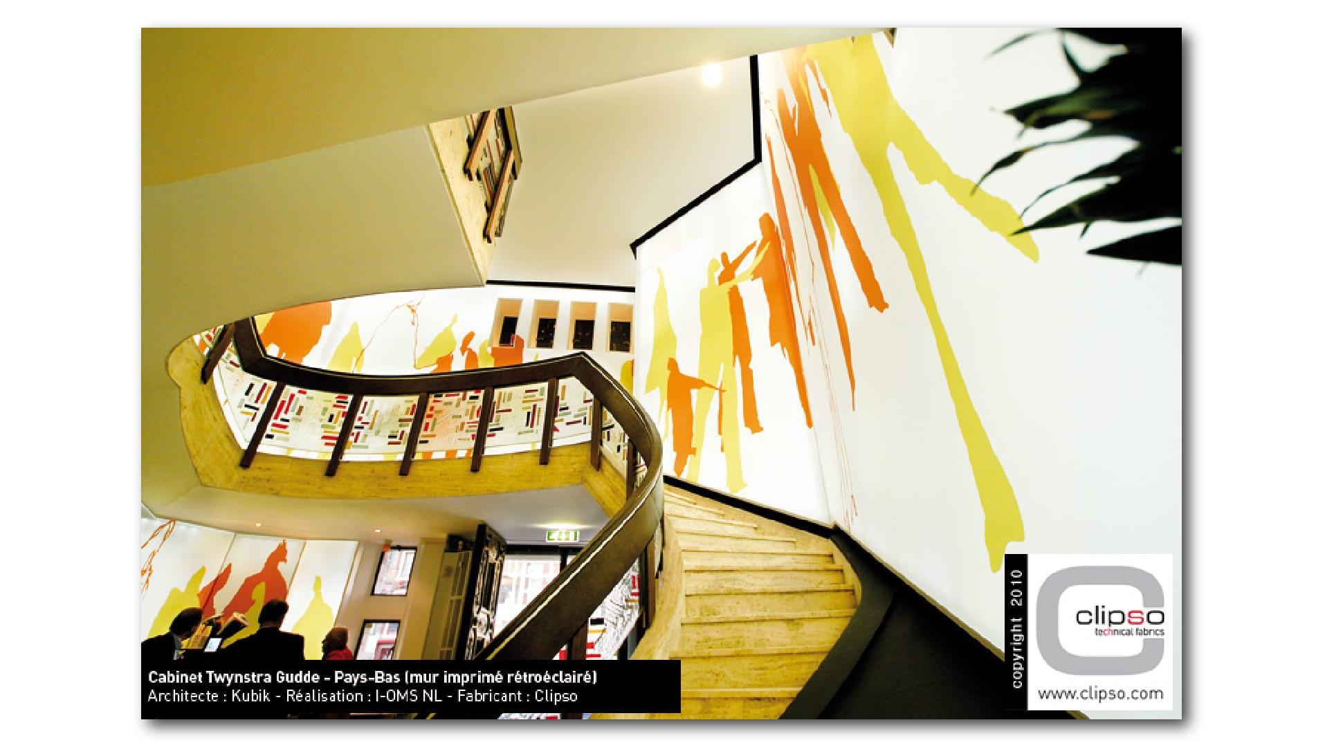 Treppenaufgan_im_Regierungsgebäude_mit_flächig_hinterleuchtetem_Wandbld-01_cf7uvt