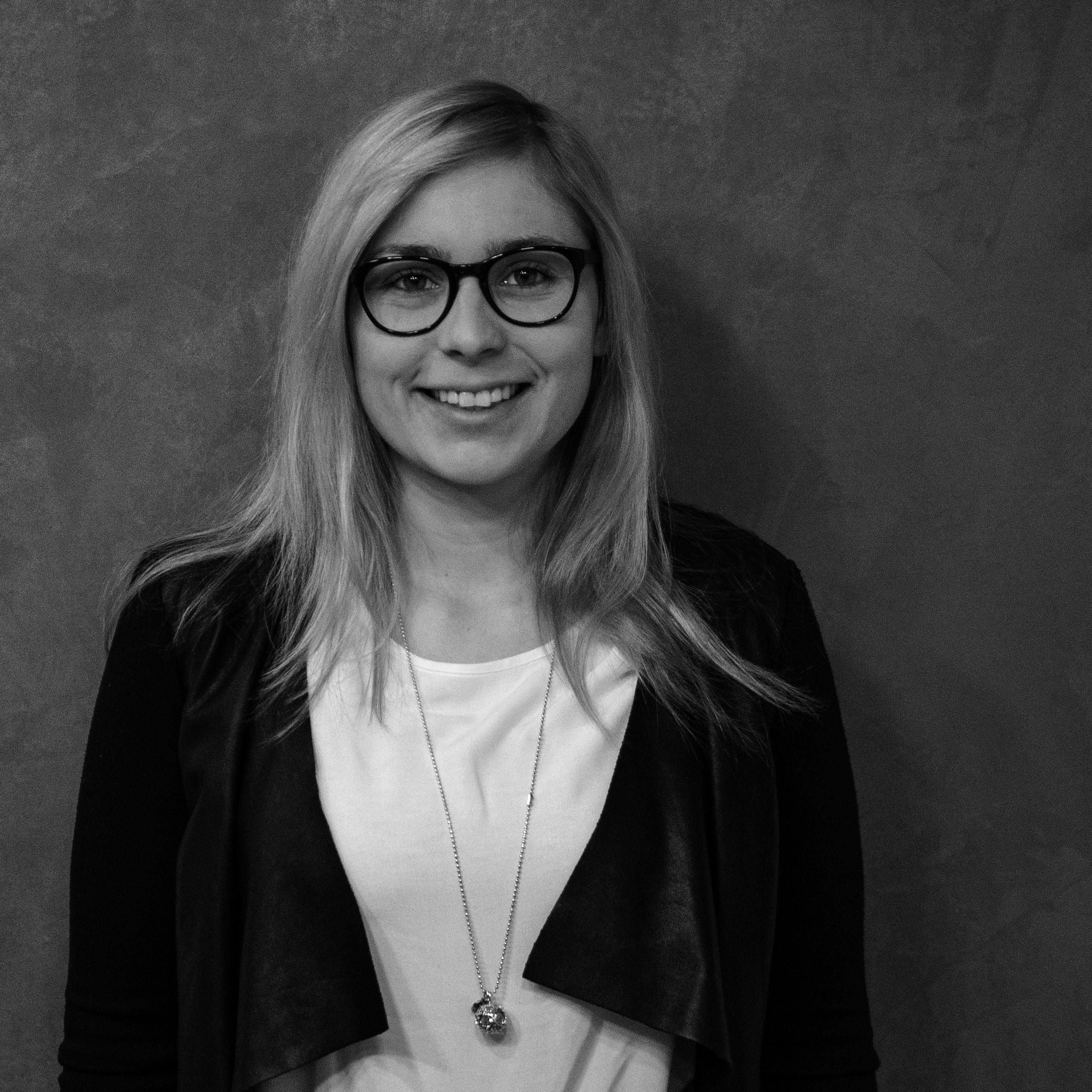Michelle Schmitt Profilbild schwarz weiß