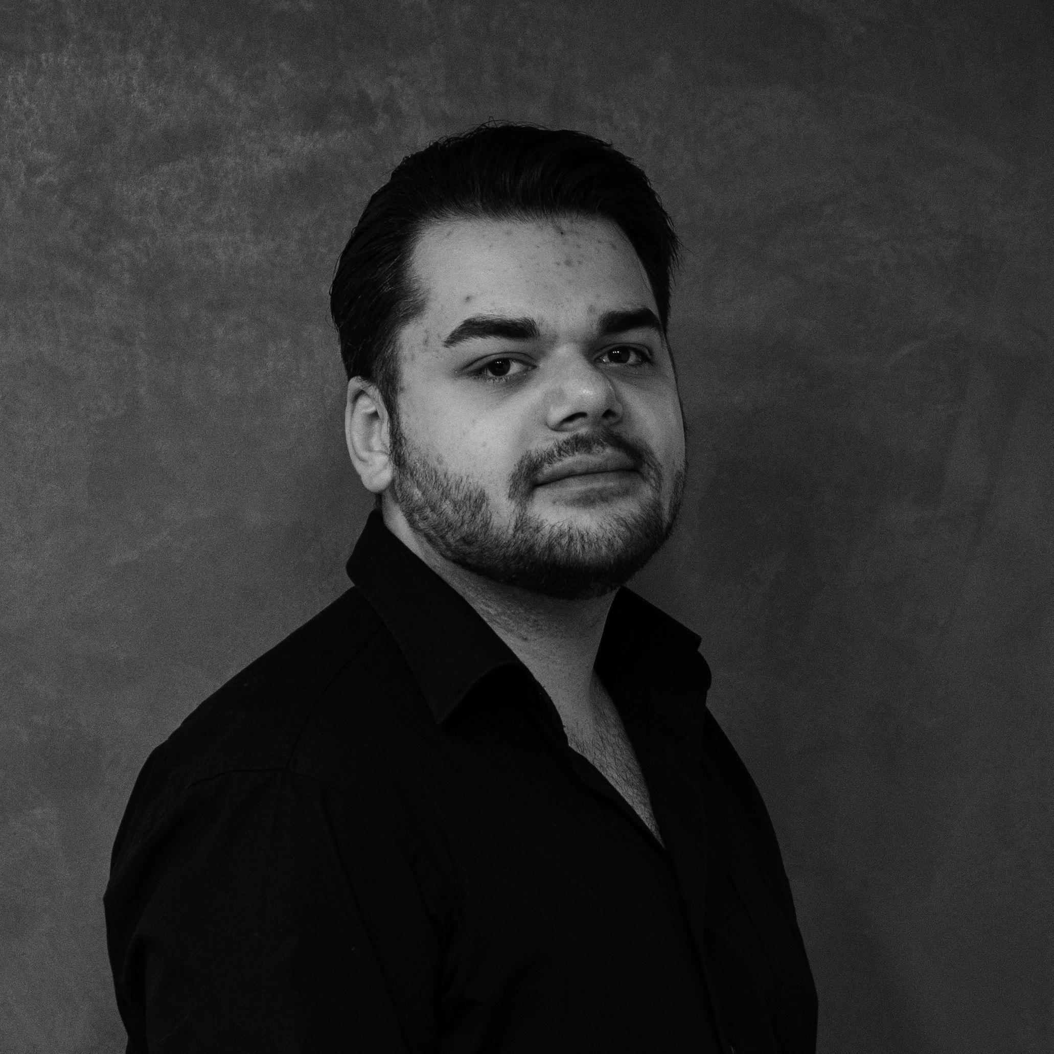 Tim Kaufmann Profilbild schwarz weiß
