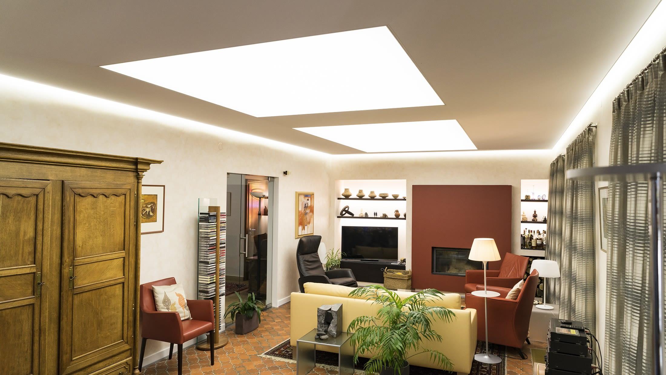 Wohnzimmer mit hellen Spanndecken Beleuchtungskonzept