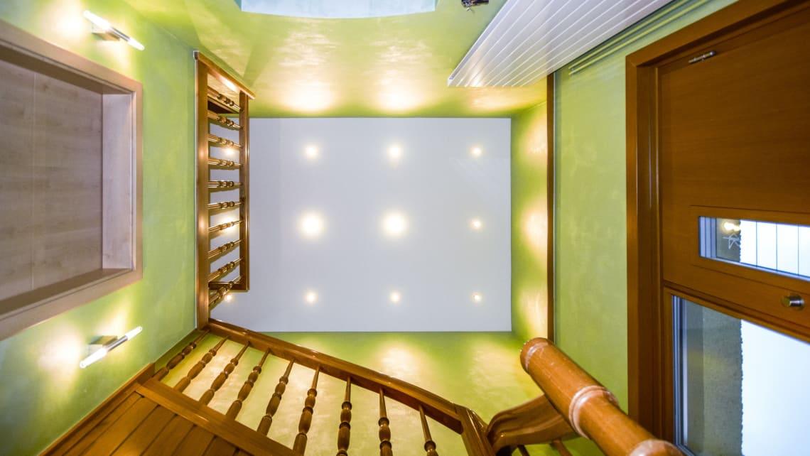 Treppenhaus mit Spanndecke und Beleuchtung