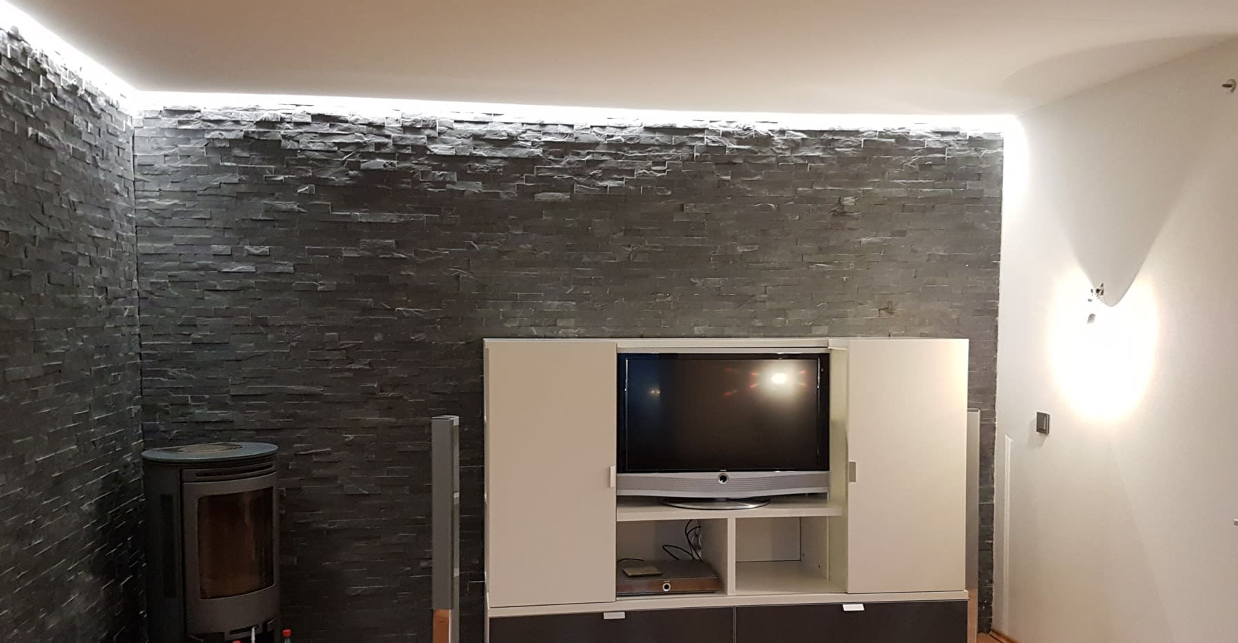 Gerber Spanndecken weiße Decken und Wände im Wohnzimmer mit Fernseher