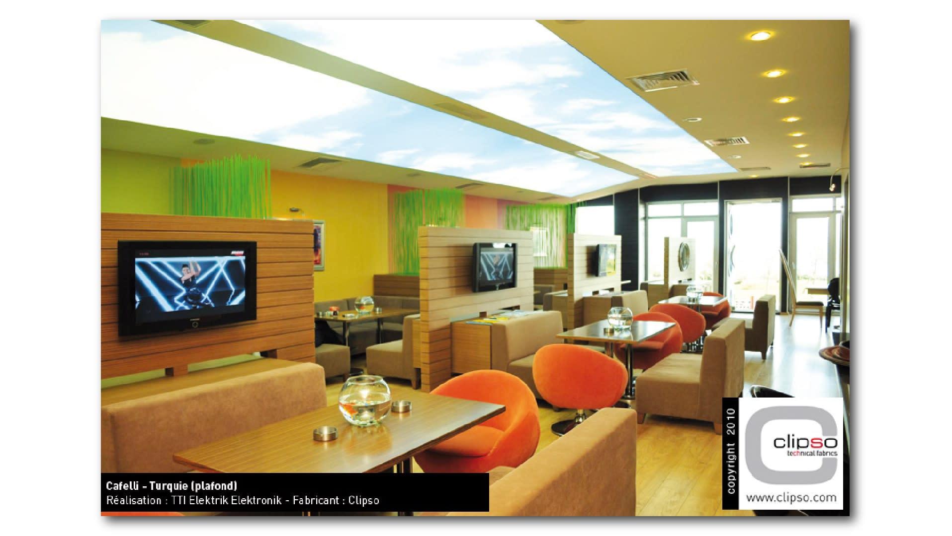 Cafeteria-Lounge-mit-Clipso-Print-an-Wand-und-Decke-01_wtnpfq
