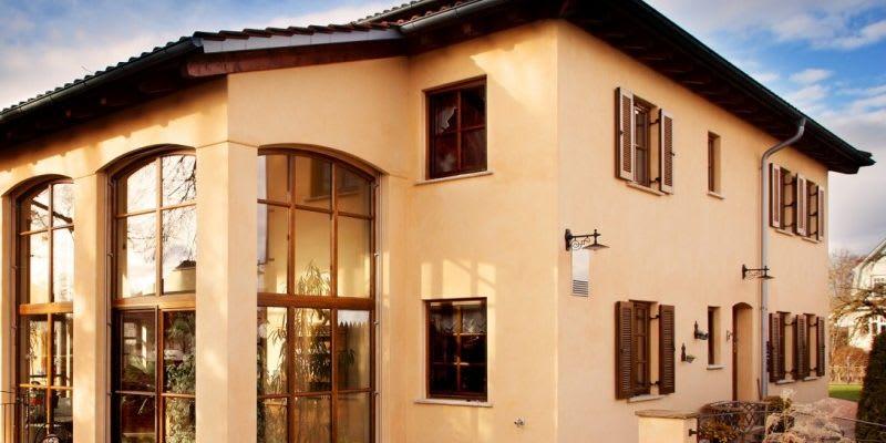 Startseite Titelbild 2 großes oranges Haus mit Glasfront