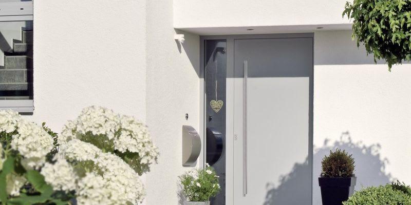 Startseite Titelbild 3 weißes Haus mit moderner Haustür