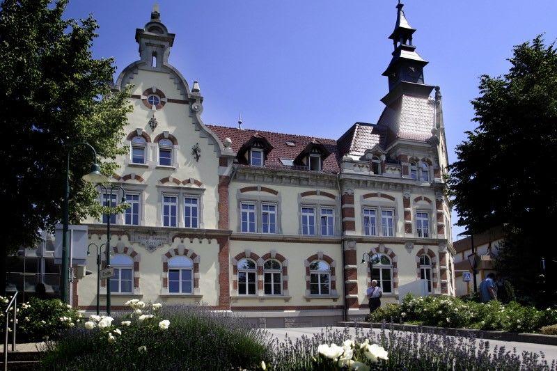 Großes Gebäude alt mit vielen Fenstern