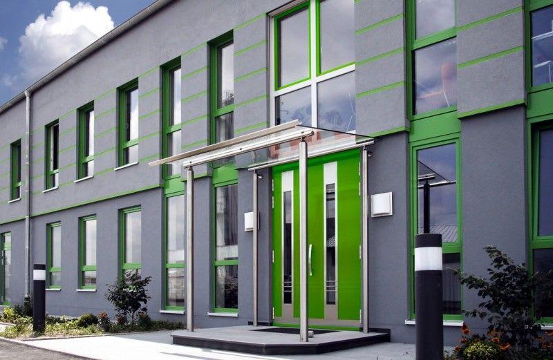 Bürogebäude graue Fassade mit grüner Tür und grünen Fenstern