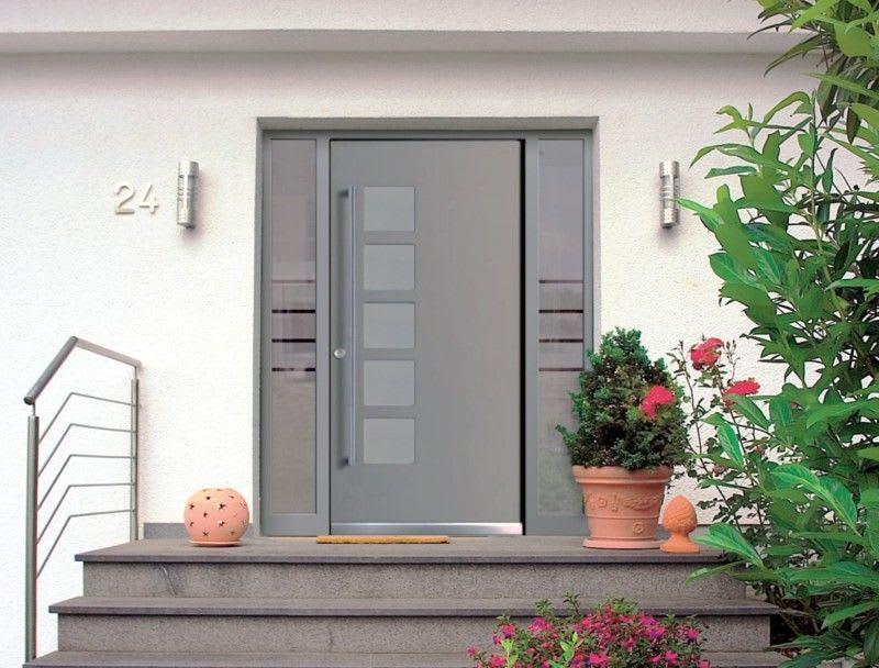 Weißes Haus mit Hellgrauer Tür und grauen Treppen