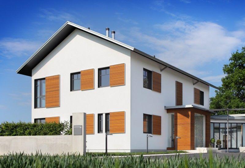 Großes weißes Haus mit vielen Fenster und teilweiser Holzverkleidung