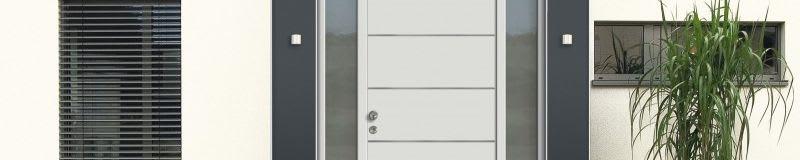 Weißes Haus mit grauen Türen und Fenstern