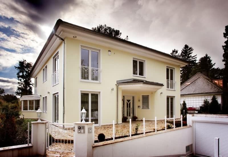 Großes hellgelbes Haus mit weißen Fenstern und Türen komplett
