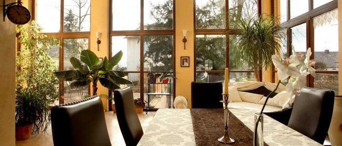 Haus von innen gelbe Wände und große Holz Fenster