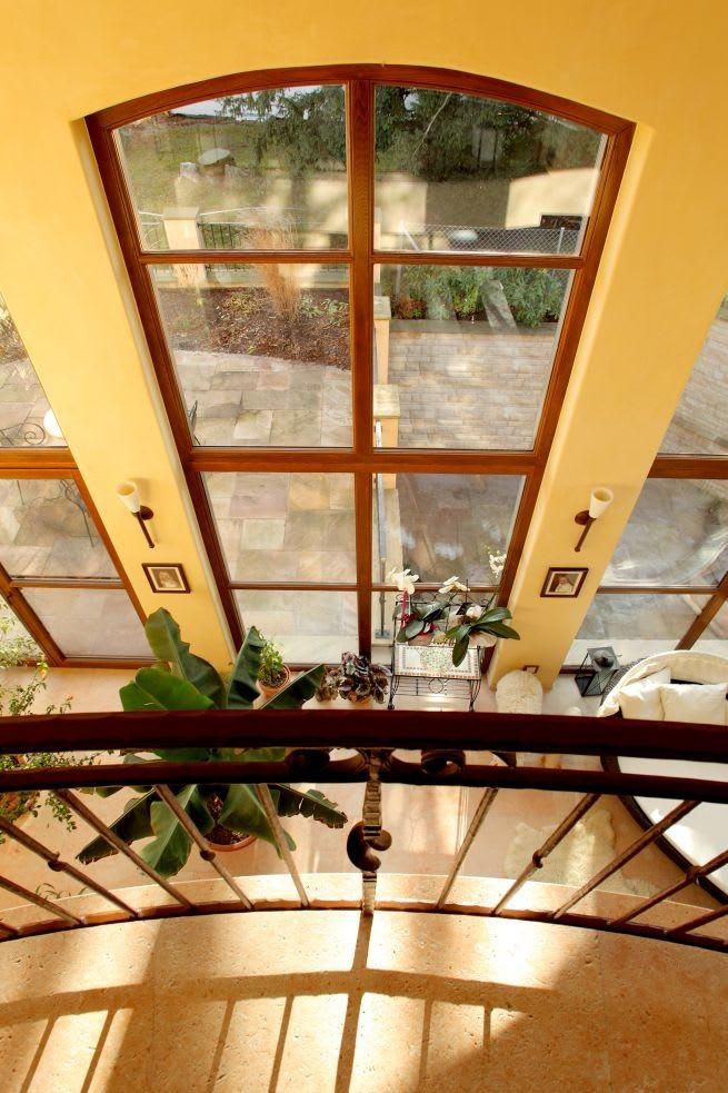 Haus von innen hellgelb Holzfenster