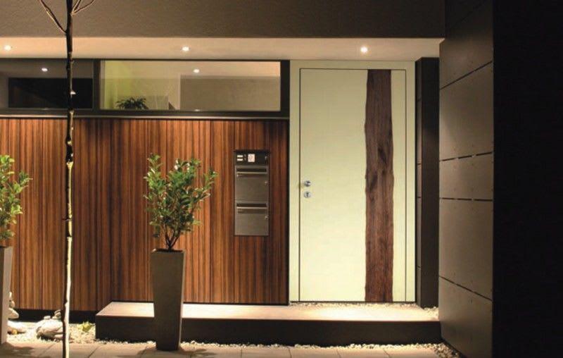 Haustüren Front mit Holz Muster und Briefkästen