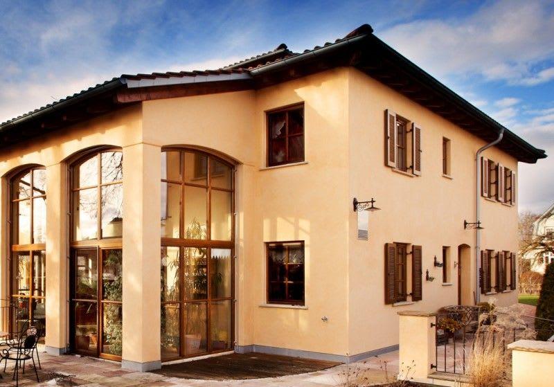 Großes Haus hellgelb mit Holzfenstern