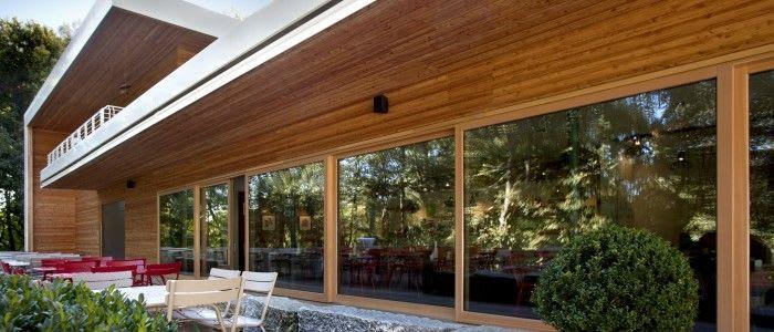 Großes Haus mit Holzverkleidung Holzfenster