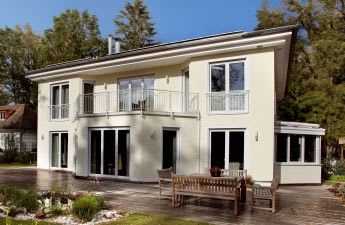Großes hellgelbes Haus von außen von hinten weiße FensterGroßes hellgelbes Haus von außen von hinten weiße Fenster