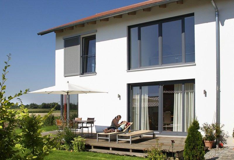 großes weißes Haus mit grauem Rahmen mutter und kind