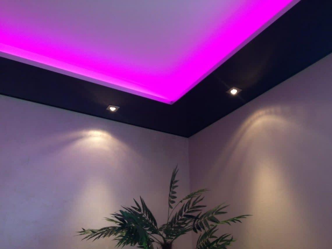Ausstellungsraum CILING Spanndecke Ecke pink