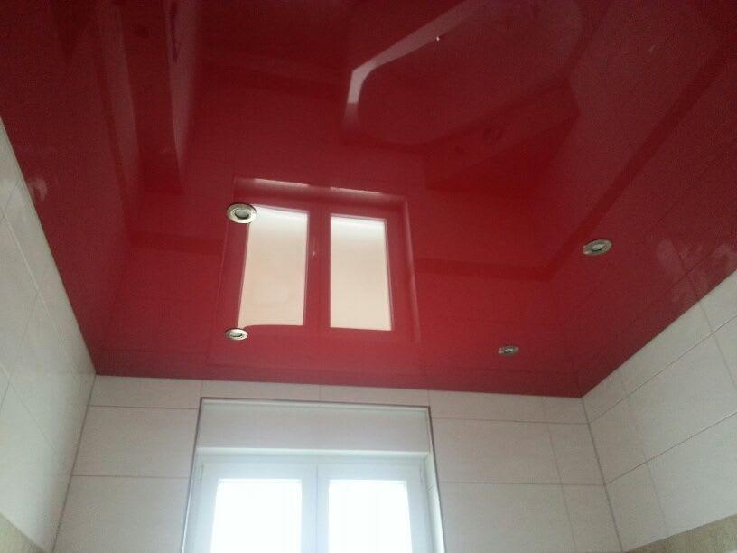 Spanndecke hochglanz rot mit runden Einbaustrahlern