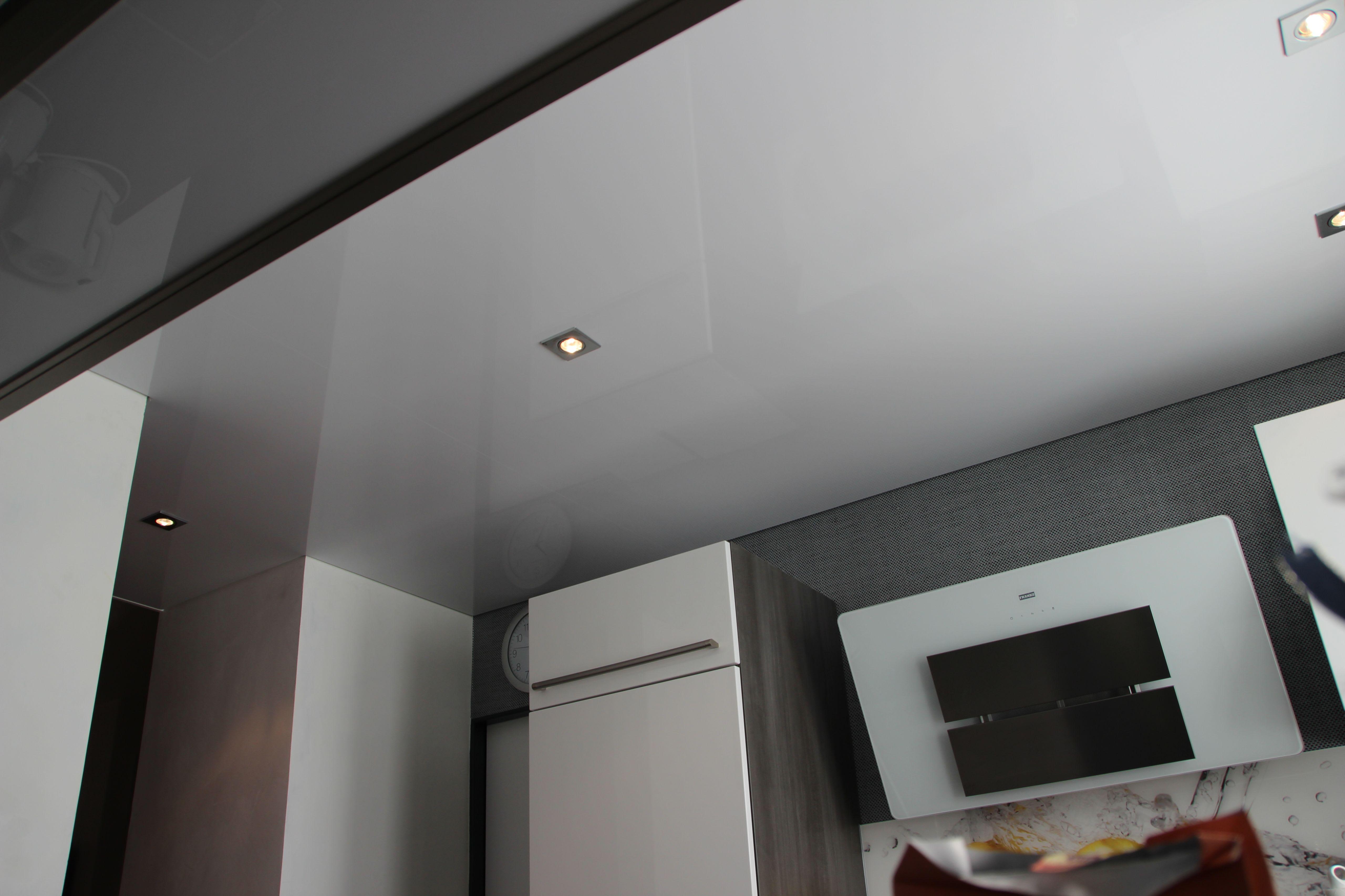 Küche weiße Spanndecke hochglanz Abzugshaube