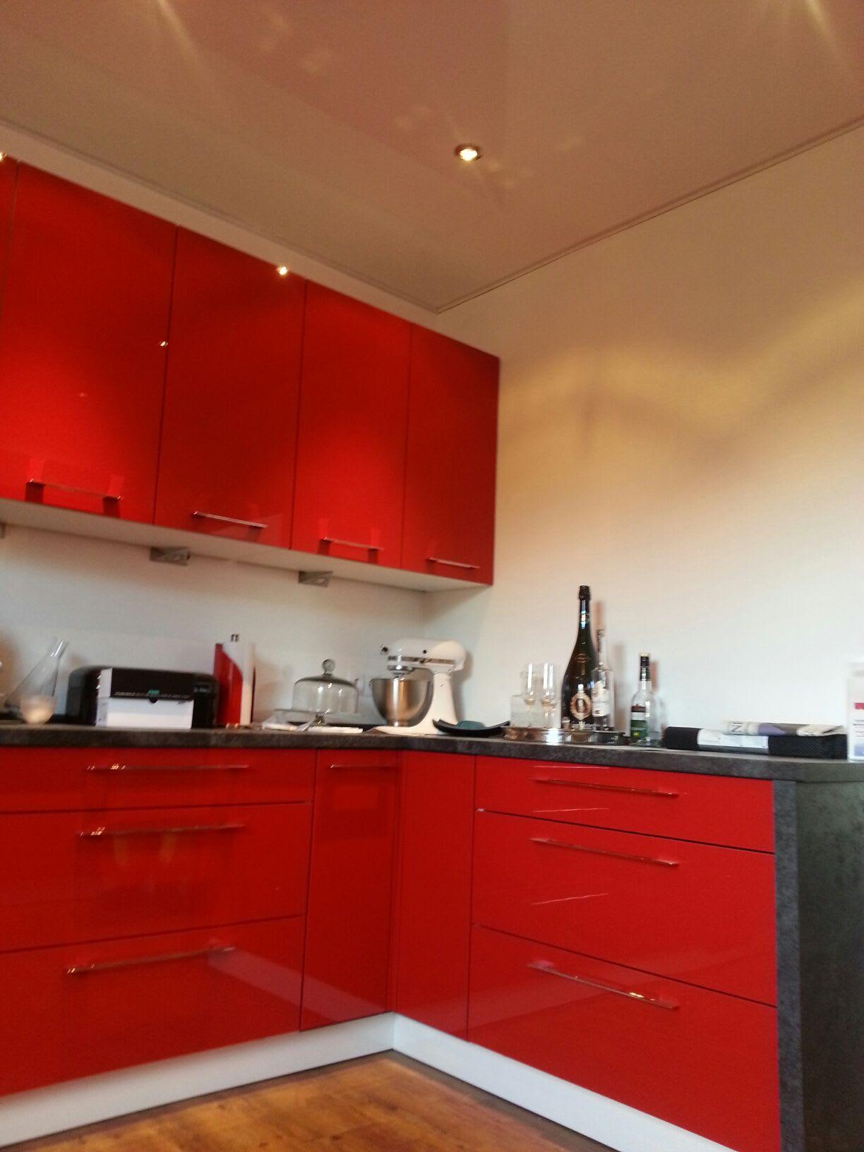 Küche rot weiße Hochglanzspanndecke