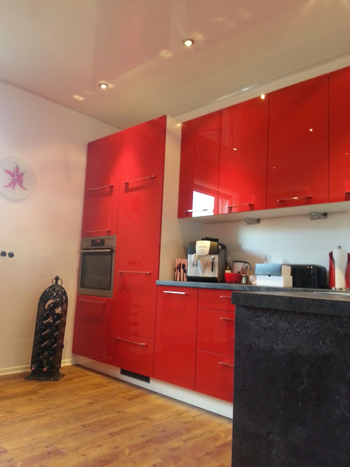Küche rot weiße Spanndecke anderer Winkel