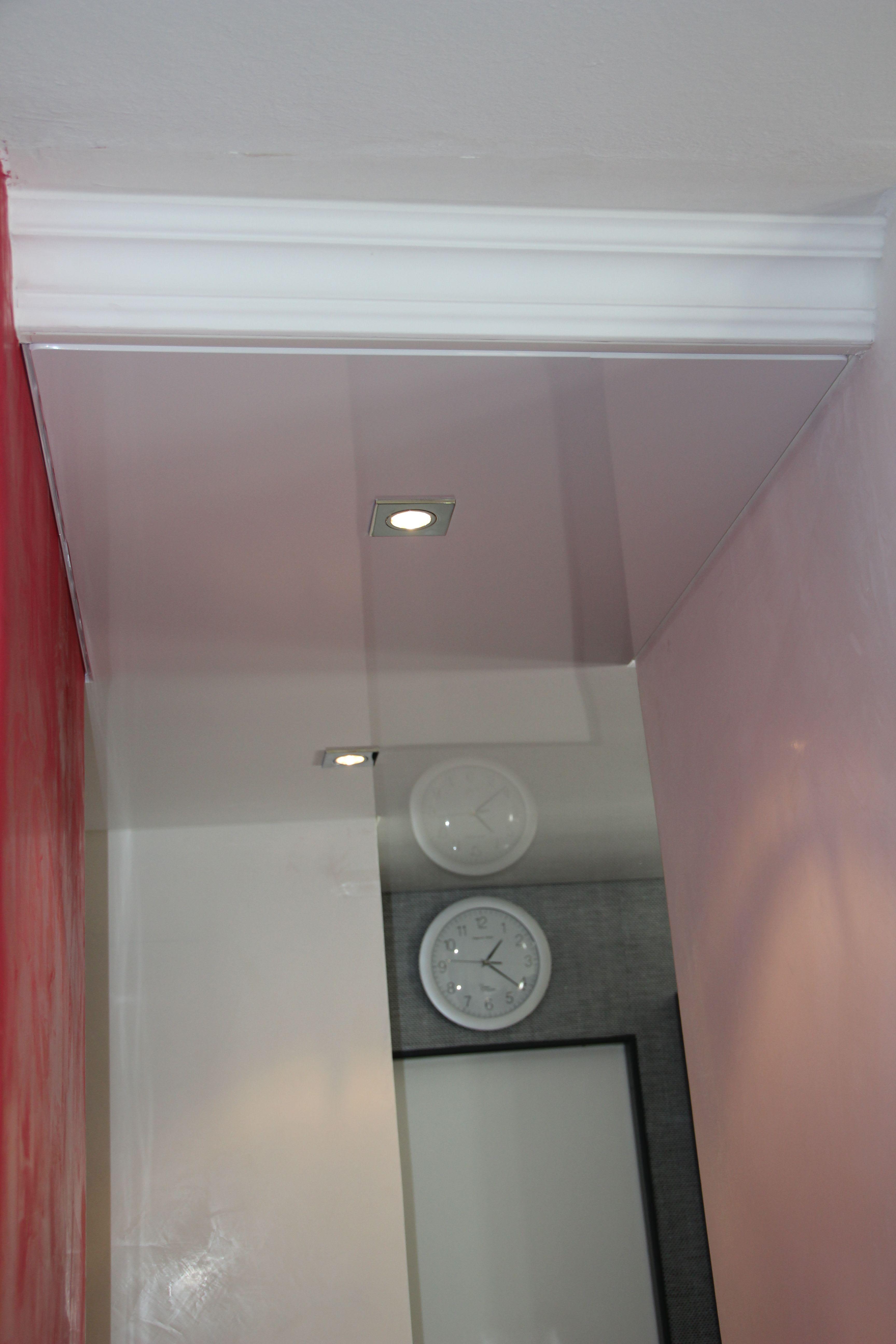 Küche weiße hochglanz Spanndecke mit Leuchten Uhr