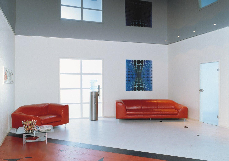 Galerie Wohnzimmer graue hochglanz Spanndecke orangerot Sofa
