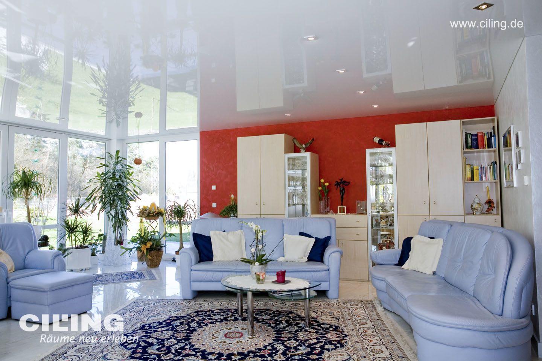 Galerie Wohnzimmer weiße hochglanz Spanndecke blaues Sofa