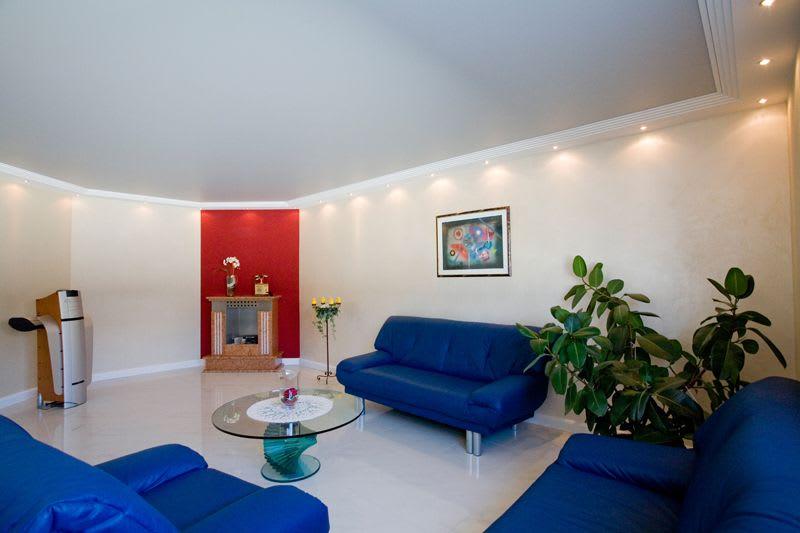 Galerie Wohnzimmer weiße matt Spanndecke blaues Sofa