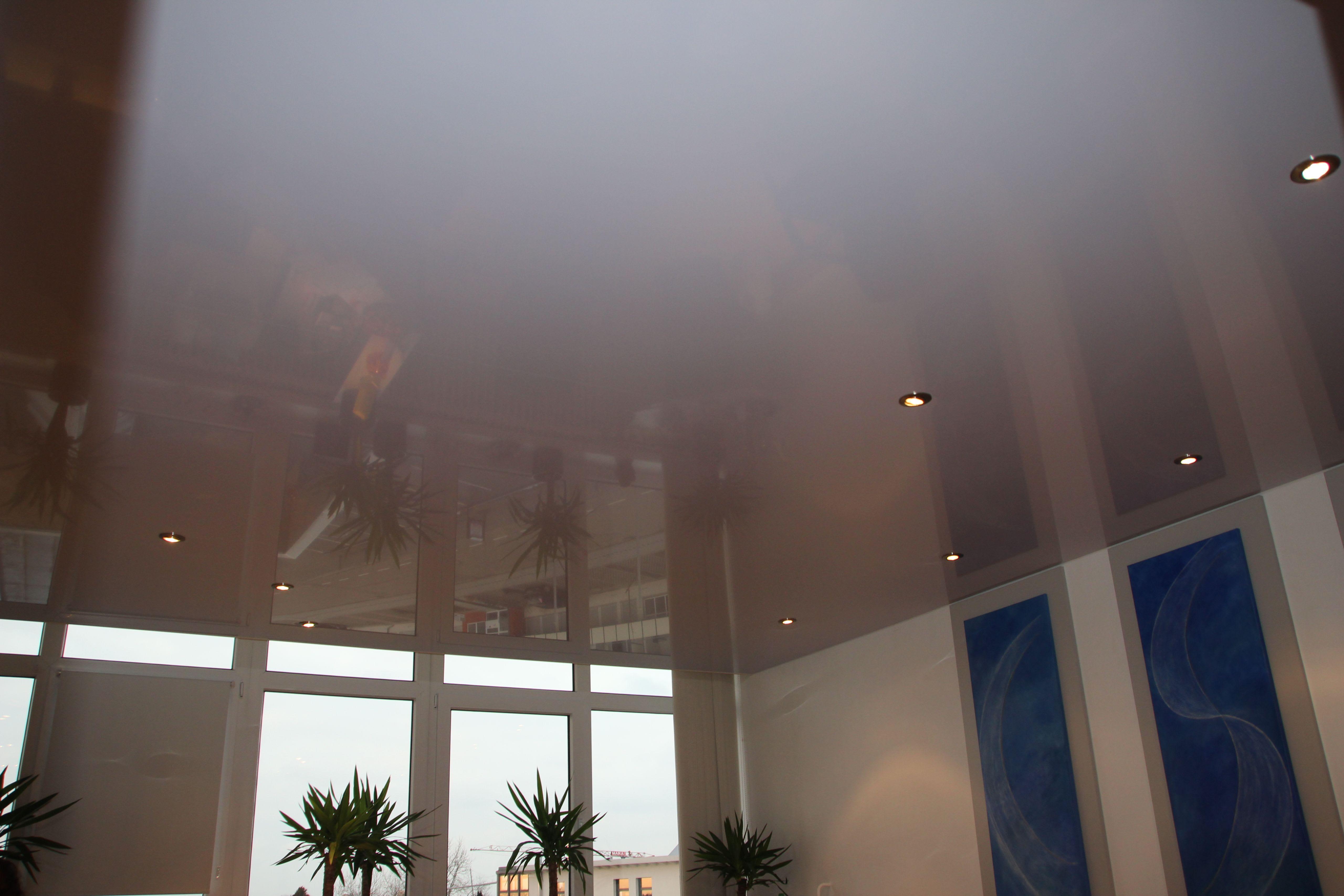 Galerie Wartezimmer weiße hochglanz Decken blaue Bilder Pflanzen