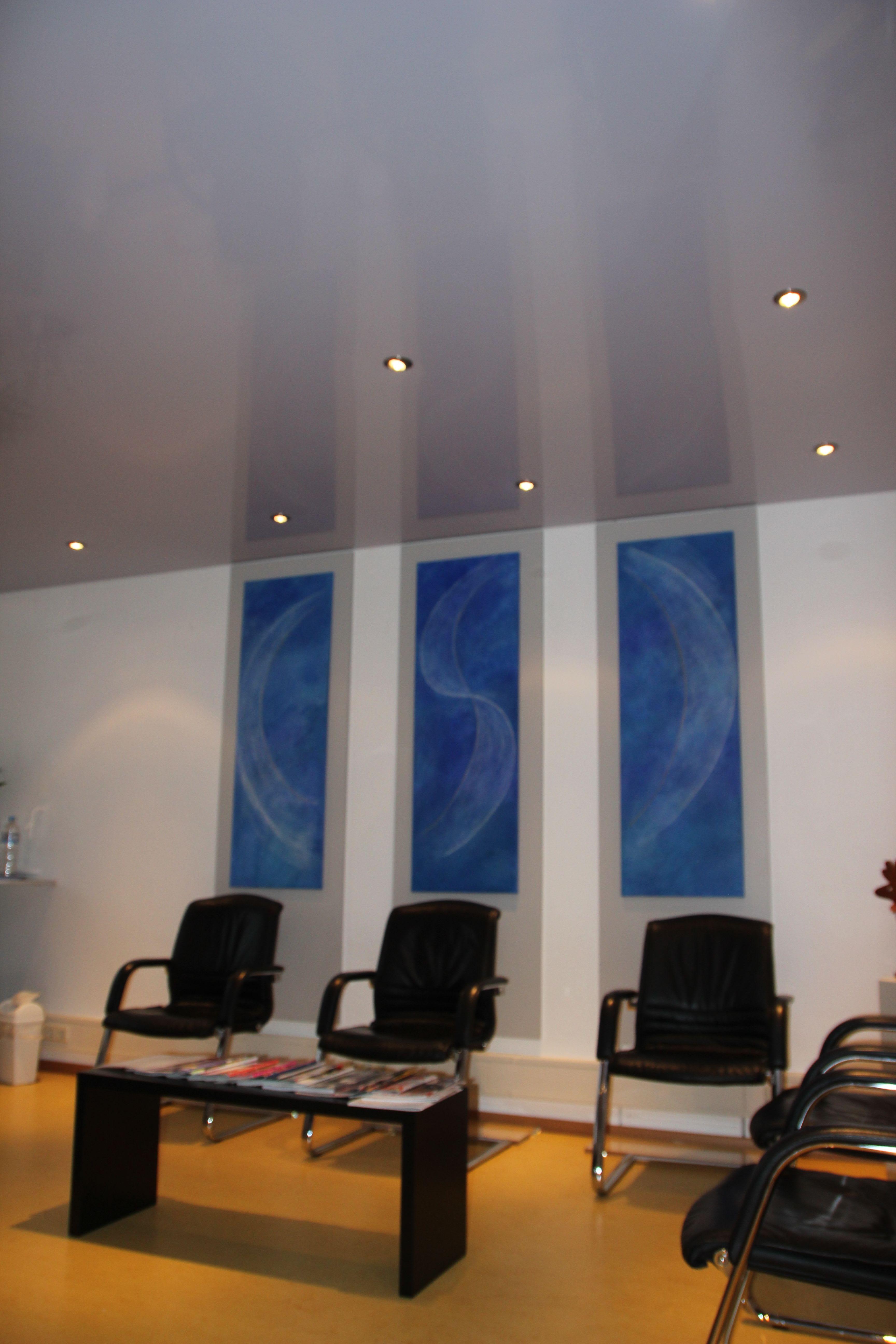 Galerie Wartezimmer weiße hochglanz Decken blaue Bilder Stühle