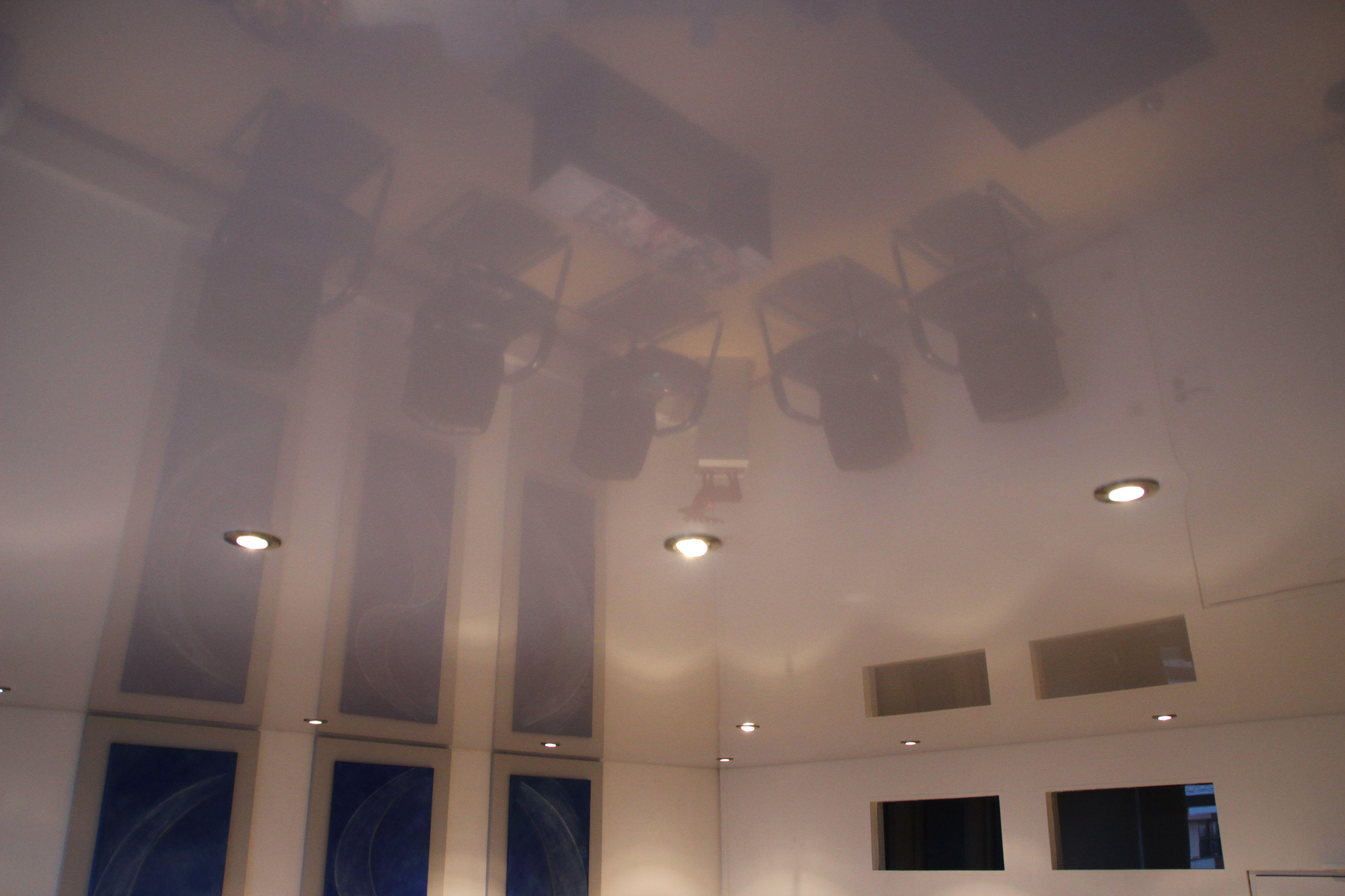 Galerie Wartezimmer weiße Hochglanz Spanndecke Spiegelung