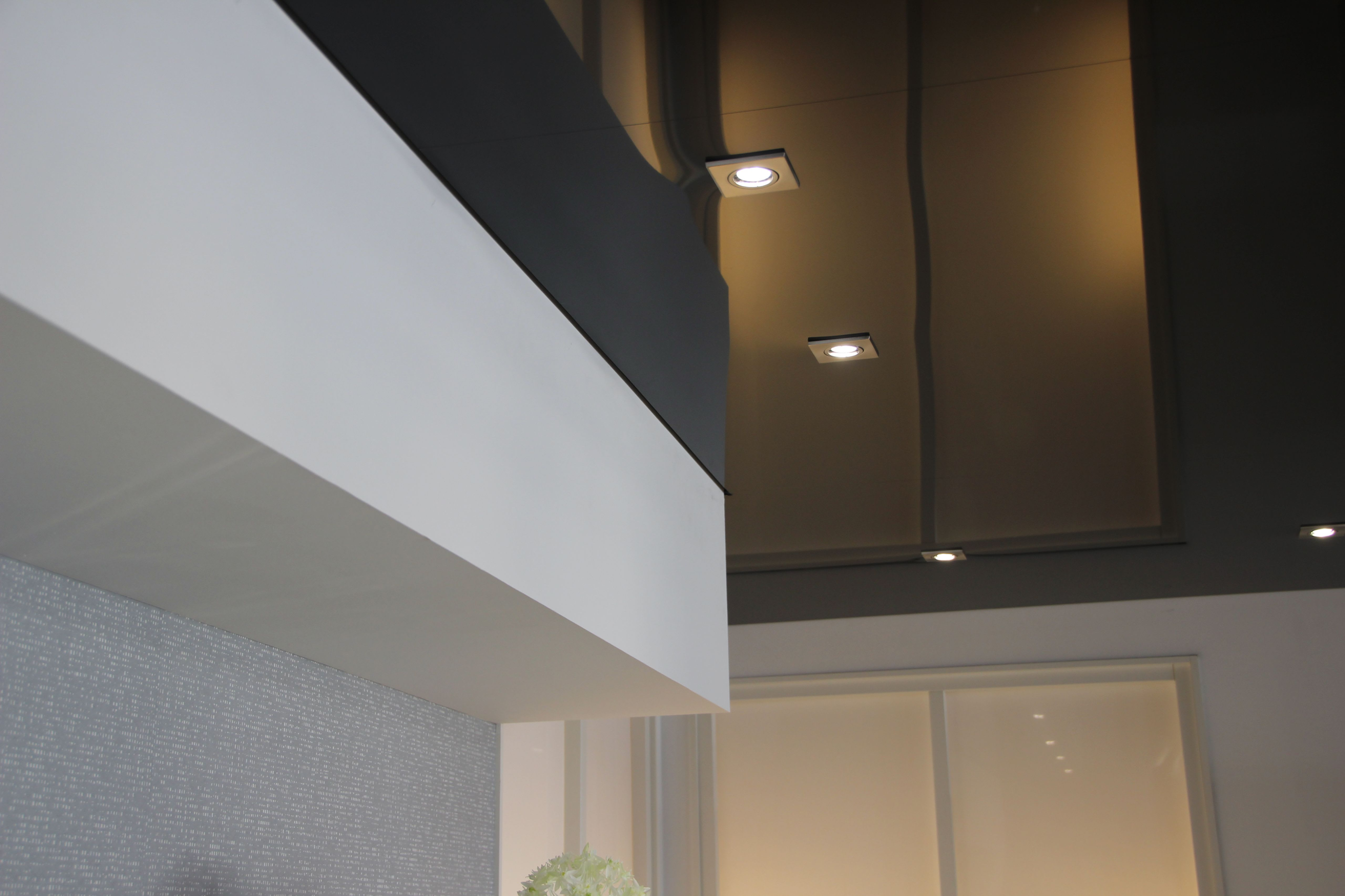 Galerie Ausstellungsräume graue hochglanz Spanndecke Beleuchtung 5