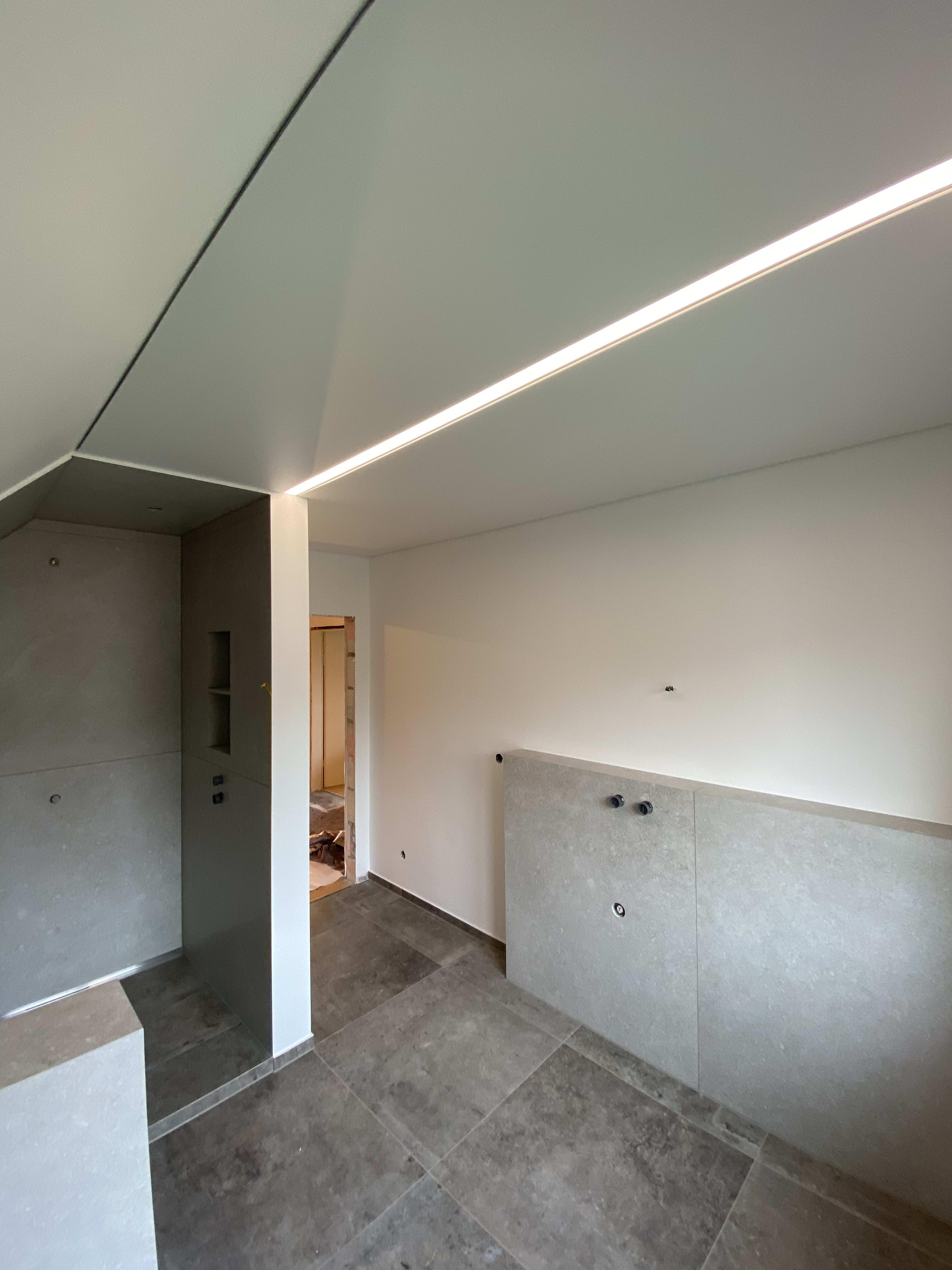 Badezimmer LED mittig und im Dusch-Bereich