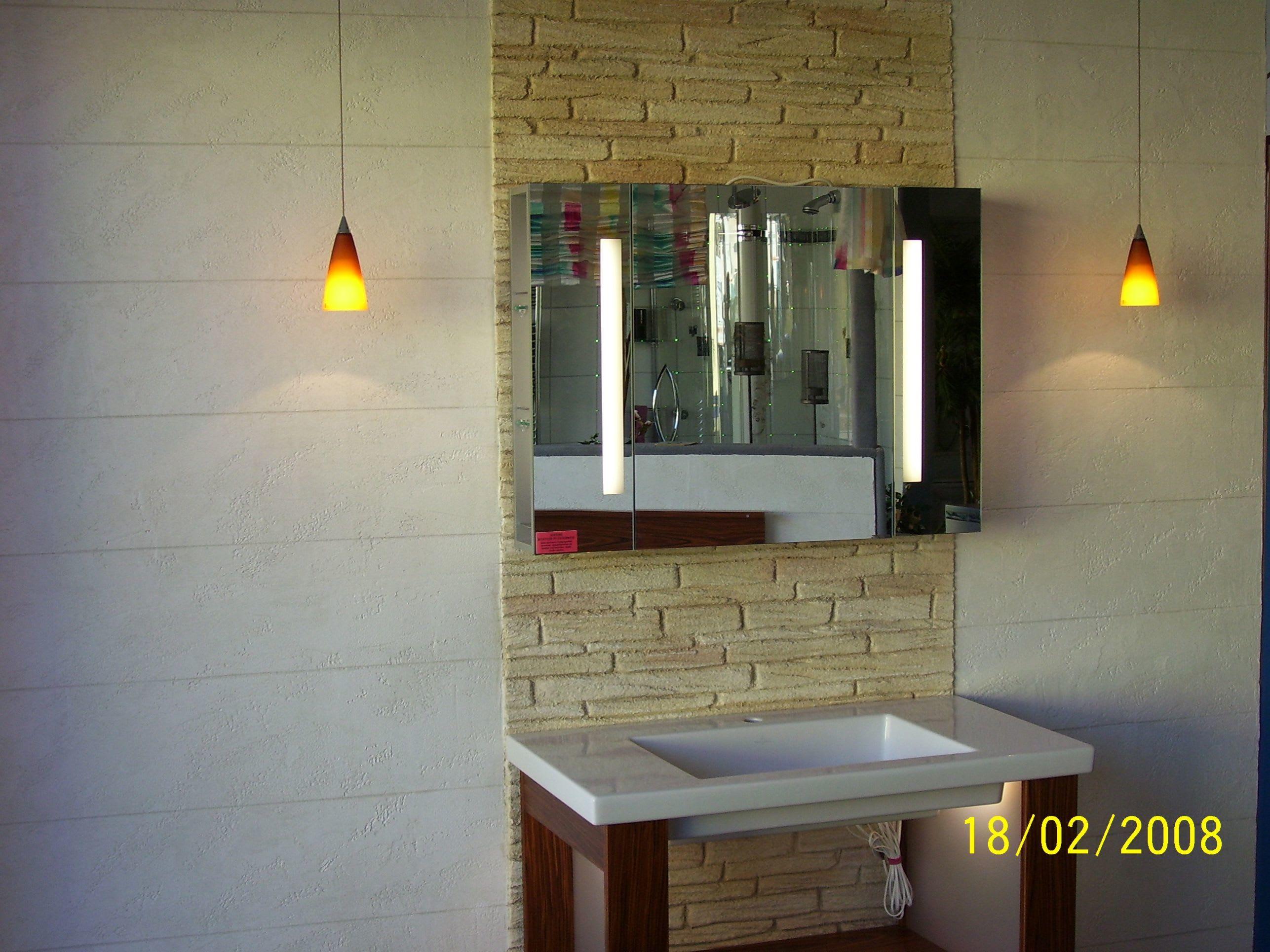 Steinimitation Badezimmer mit Steinwand
